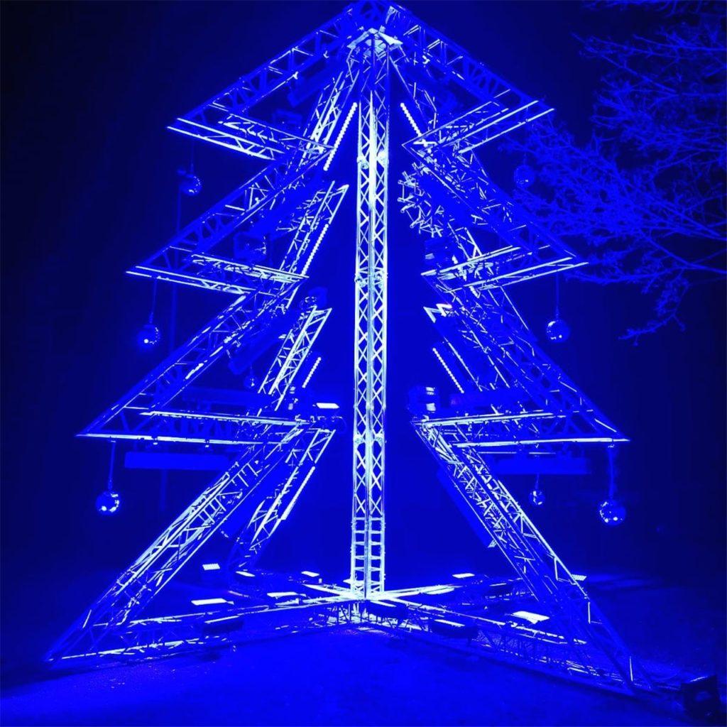 Des Rätsels Lösung: Der Weihnachtsbaum der Firma Niclen strahlt ganz in Blau
