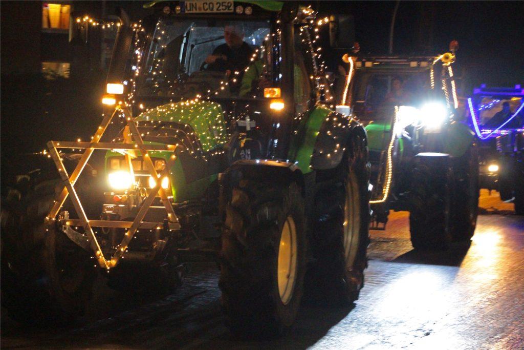 Gut 30 Trecker fuhren am frühen Abend des 23. Dezember zur Freude der Passanten durch Werne.