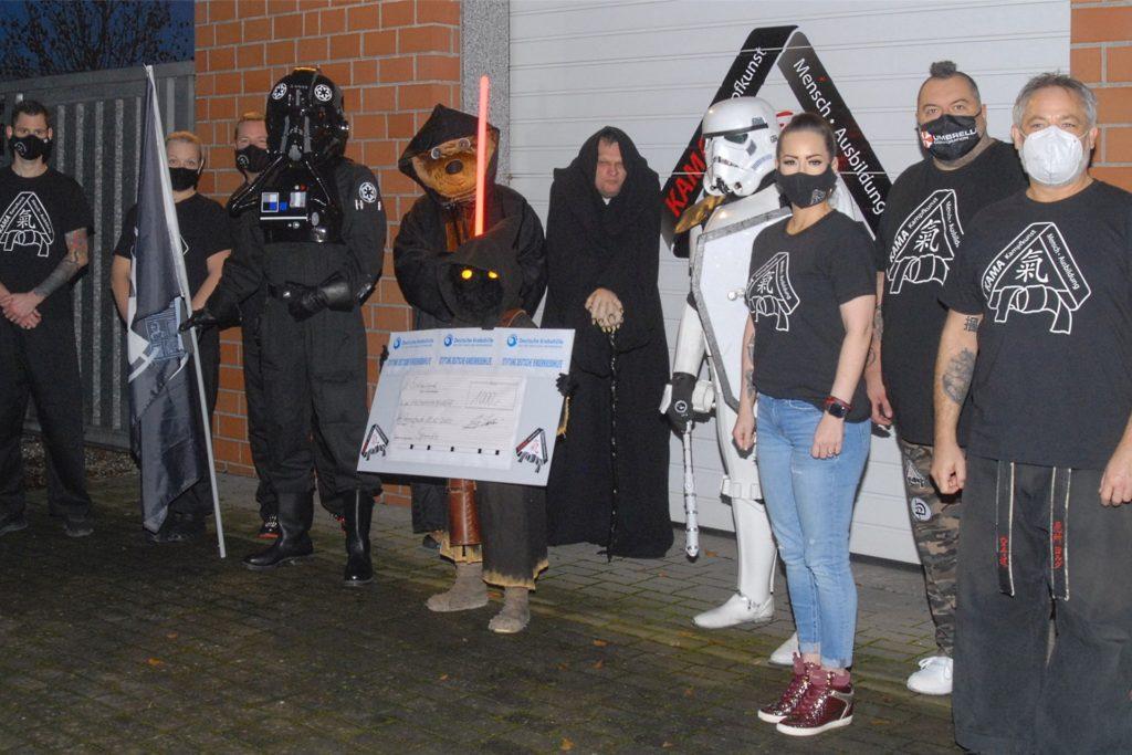 Die Stars-Wars-Kämpfer übergaben Max die 1000-Euro-Spende einer Bürogemeinschaft, die nach der Arbeit in einer Karateschule trainiert.