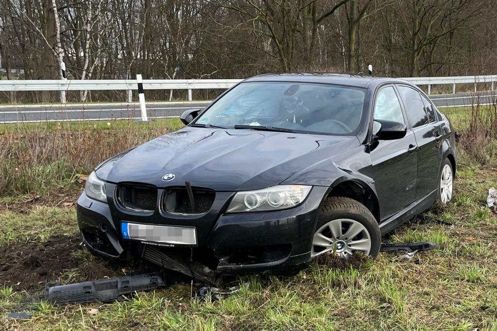 Die Vorderachse des BMW wurde vollständig abgerissen.