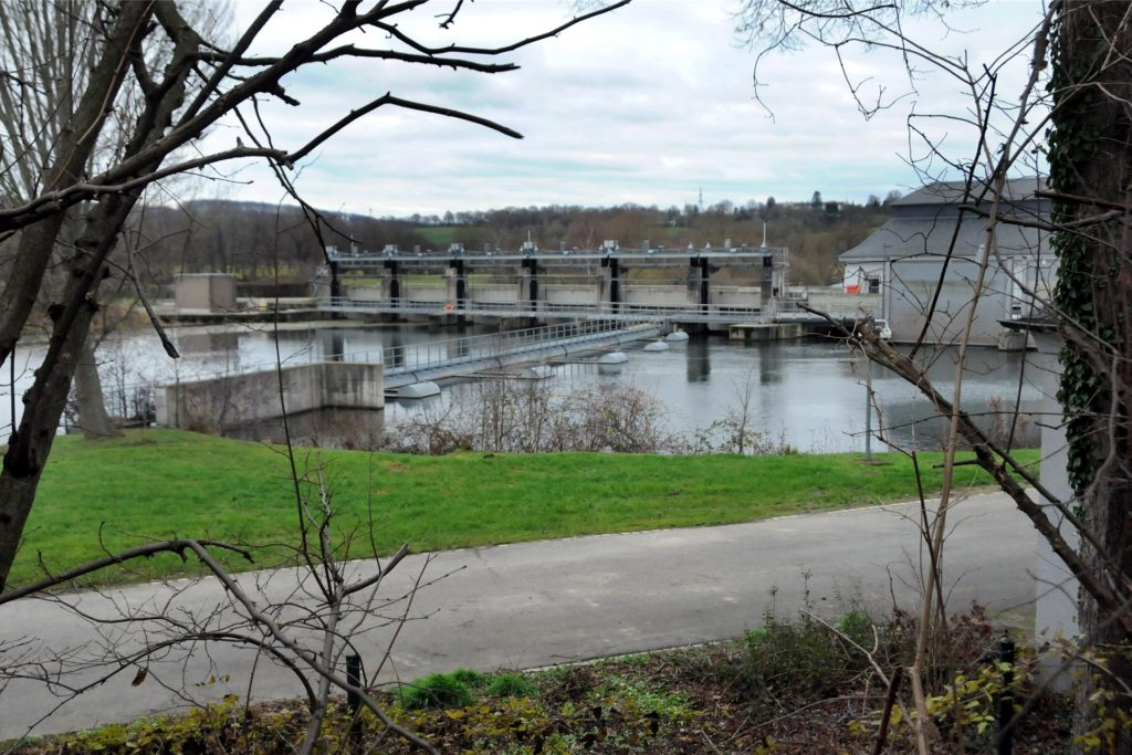Bis zum Stauswehr am Wasserwerk Westhofen 2 wurde die Ruhr nach der angeblich im Wasser treibenden Person auf gut einem Kilometer Länge abgesucht.