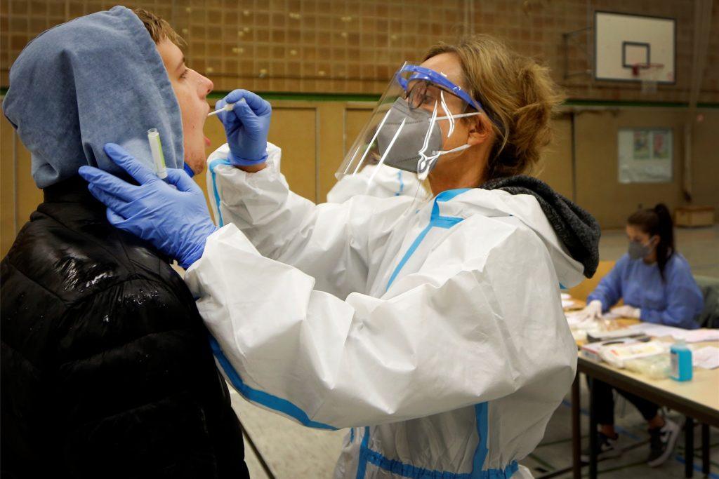 Eine Mitarbeiterin des Kreisgesundheitsamts testet einen Schüler der Gesamtschule Kamen. In der zweiten Jahreshälfte waren zahlreiche Schulen im Kreis Unna von Infektionen und Quarantäne-Fällen betroffen.
