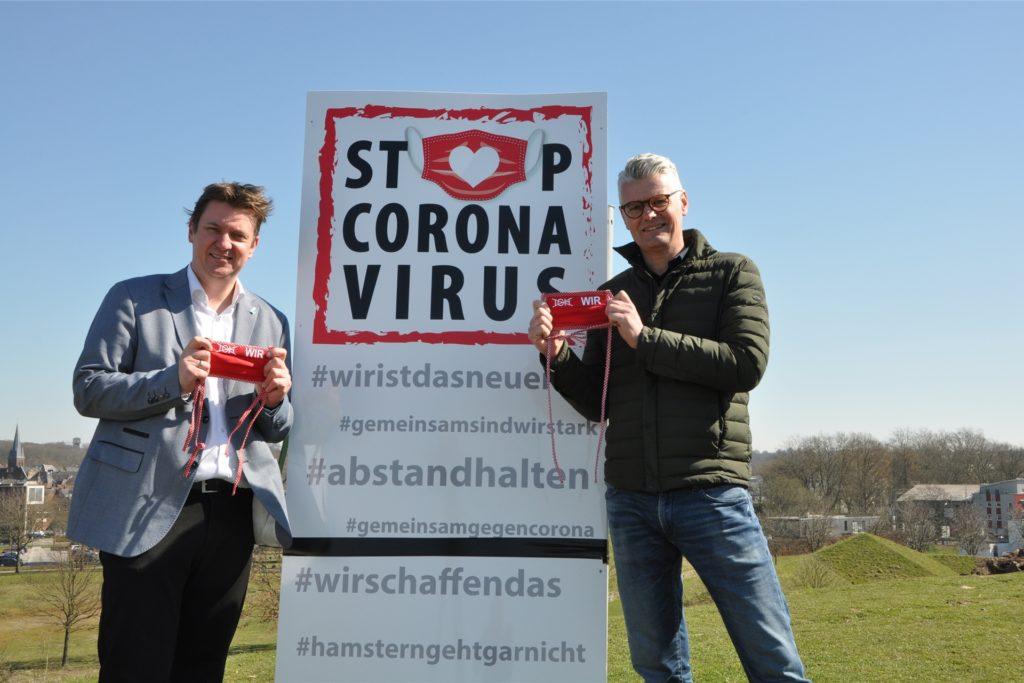 Dr. Christian Kühne konnte auch Bürgermeister Rajko Kravanja für seine Kampagne gewinnen. Beide halten das Symbol der Kampagne, die rote Maske hoch.