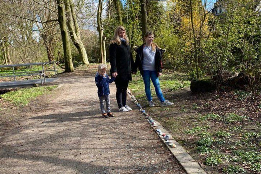 Carmen Nuy hat gemeinsam mit ihren Kindern Mats und Carlotta während des ersten Lockdowns eine Steinschlange am Schölsbach gestartet. Viele Familien machten mit und am Ende gab es sogar noch eine Spendenaktion.