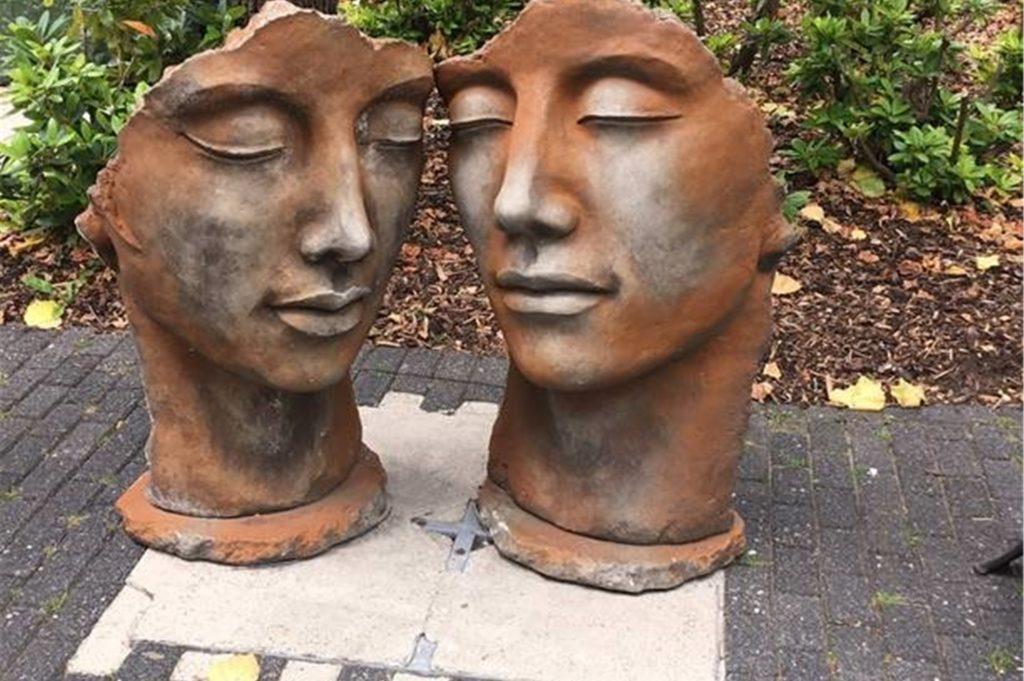 Gesichter ohne Maske – Kunst am Schloss Wittringen in Gladbeck.