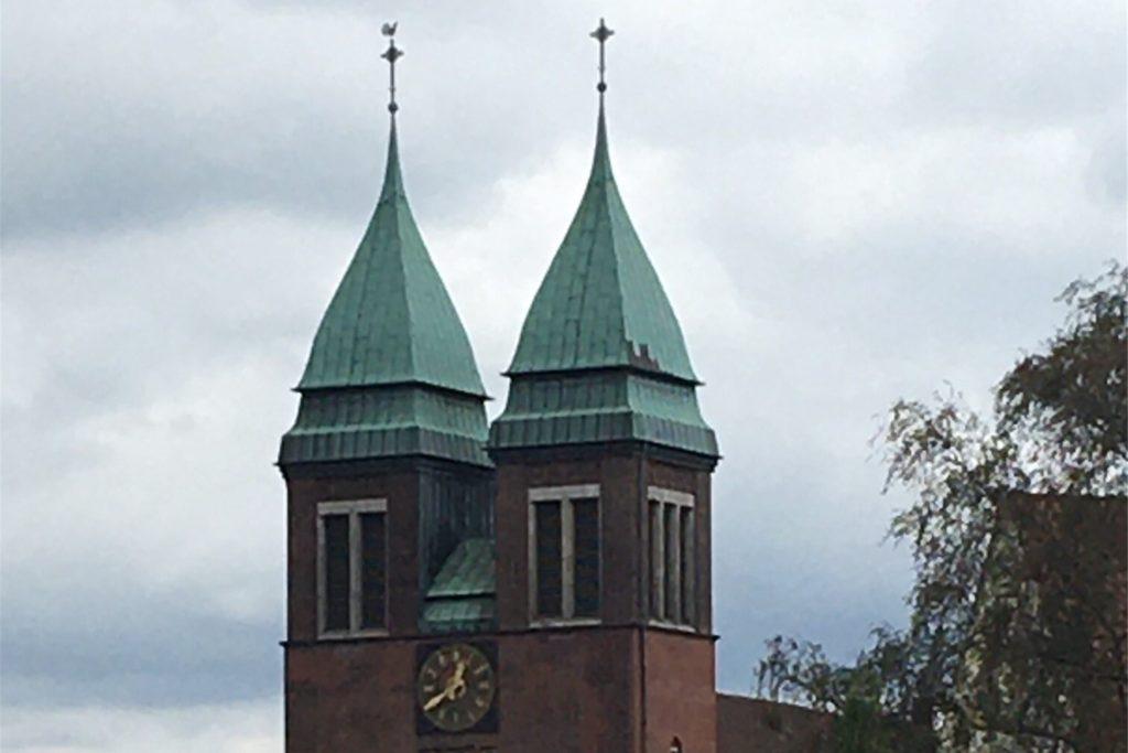 Seltenes Kirchenbauwerk mit zwei Türmen – die Herz-Jesu-Kirche in Zweckel.