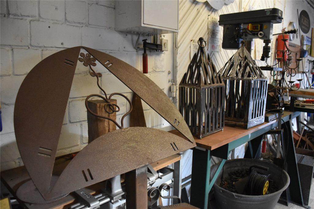Auch Arbeiten aus Eisen hat Paul Engbers in der Corona-Zeit in der Jugendkulturwerkstatt hergestellt – Feuerkörbe, Laternen oder auch ein Dekoartikel, der sich für eine Hochzeit eignet.
