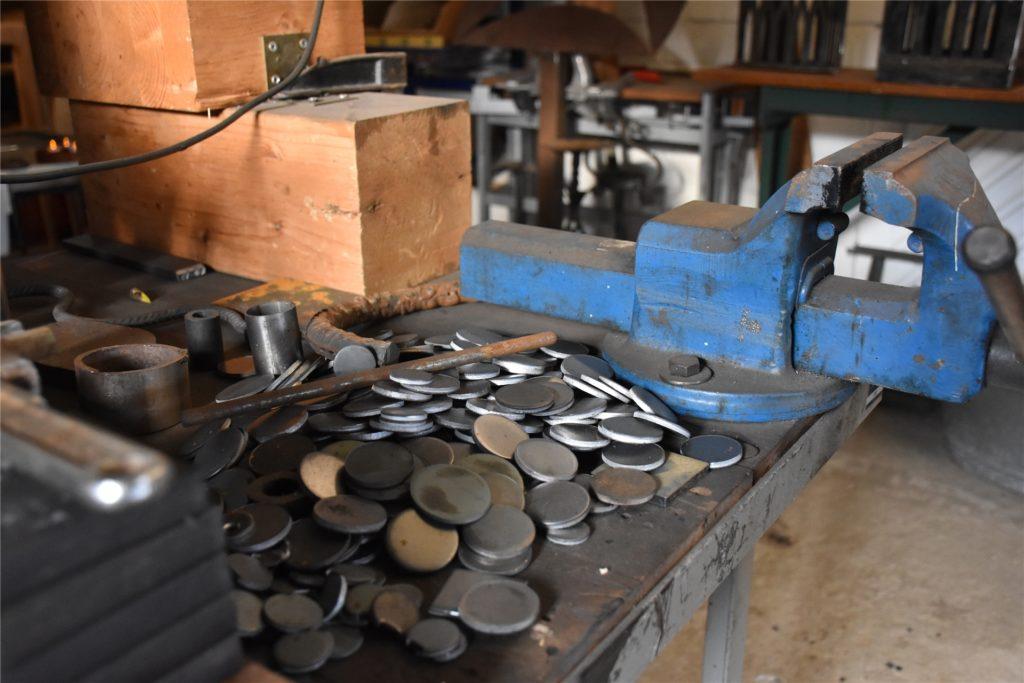 In der Jugendkulturwerkstatt Südlohn sieht es nach Arbeit aus. Aus diesen runden Rohlingen aus Eisen wird vieles gemacht: Vom Smiley bis zum Kleeblatt für die
