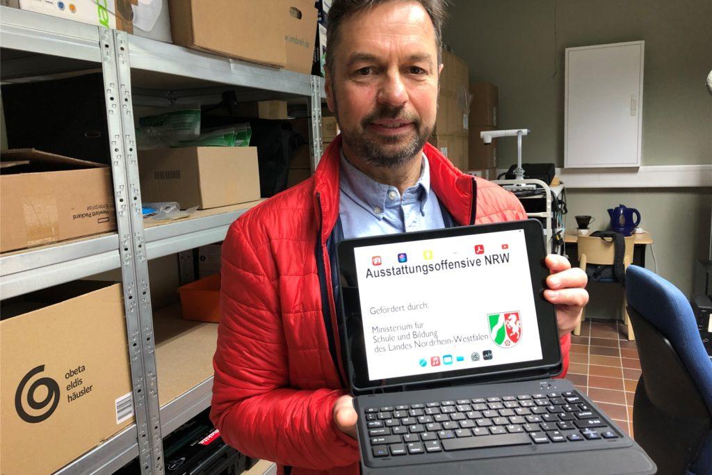 Die ersten Schülertablets in Haltern sind da. Jürgen Bially, IT-Fachmann bei der Halterner Verwaltung, stellte sie vor. 2021 will die Stadt die Digitaliserung der Schulen weiter vorantreiben.