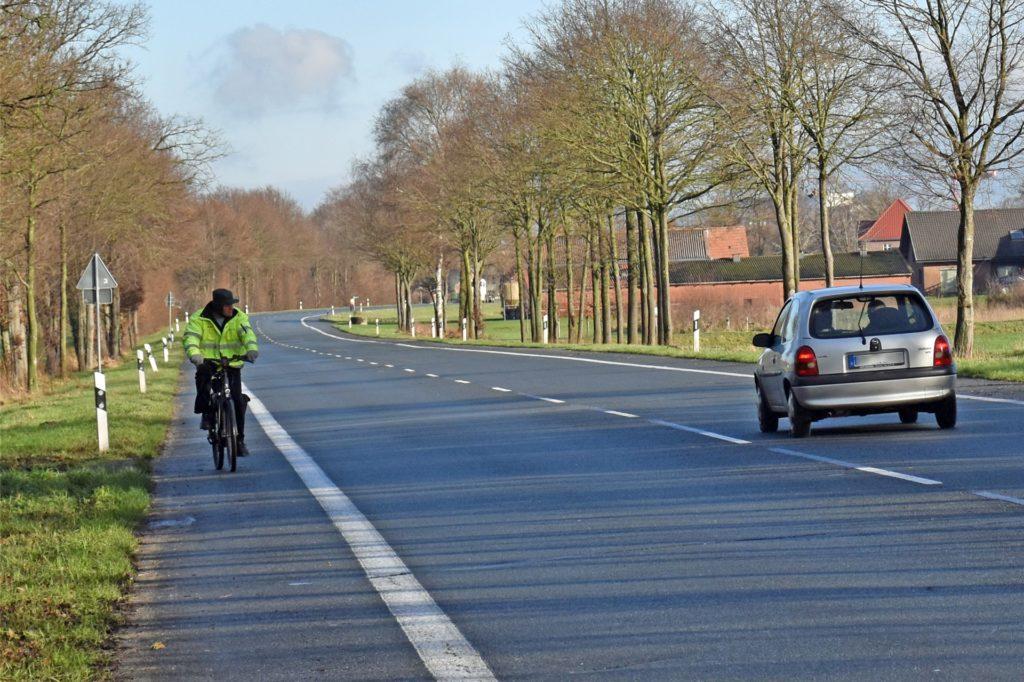 Zwischen Oeding und Burlo sollen Radfahrer den Mehrzweckstreifen nutzen. Bald soll es sicherer werden: Ein von der Fahrbahn getrennter Radweg ist geplant, mit den Bauarbeiten soll 2021 begonnen werden.