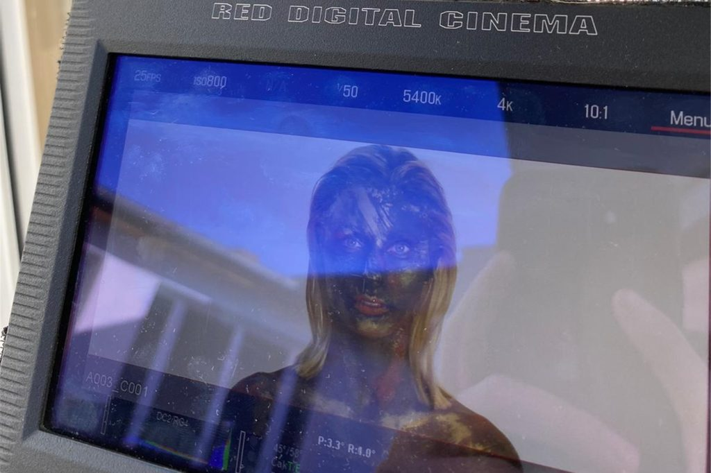 Hannah Zieziula hat den Mut, sich ganz der Professionalität hinzugeben, die ein Dreh zu einem Musikvideo erfordert.