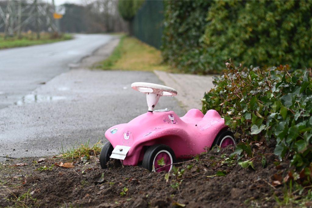 Das Bobbycar an der Grundstückseinfahrt signalisiert: Hier wohnen Kinder.