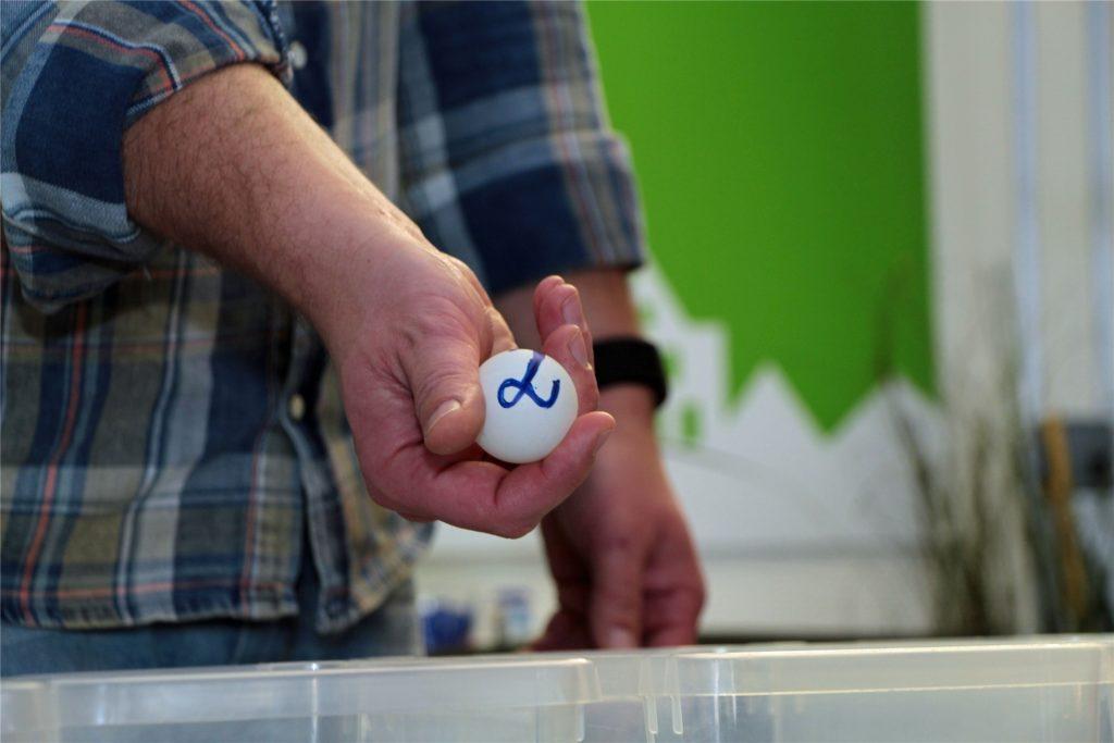 David Ruschenbaum vom Stadtmarketing zog die Gewinnzahlen, die auf Tischtennis-Bällen gemalt sind.