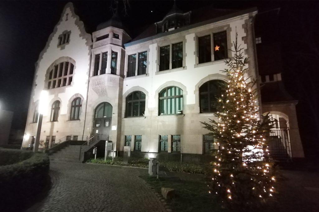 Seit Jahren schon tauchen engagierte Mengeder das Amthaus mit einem leuchtenden Weihnachtsbaum in ein festliches Ambiente.