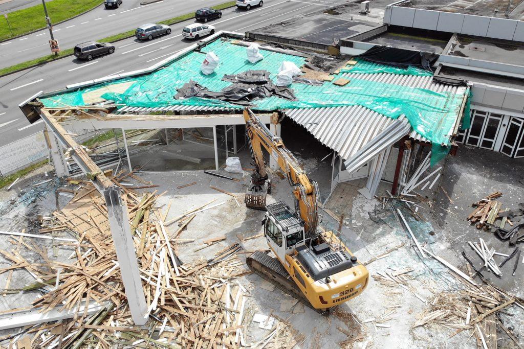 Im Juli startete der Abriss des ehemaligen Mercedes-Gebäudes. Hier sollen Wohnungen entstehen.