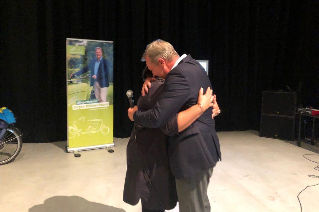 Er bleibt Bürgermeister: Ehefrau Karen gratuliert Jürgen Kleine-Frauns nach der Stichwahl.