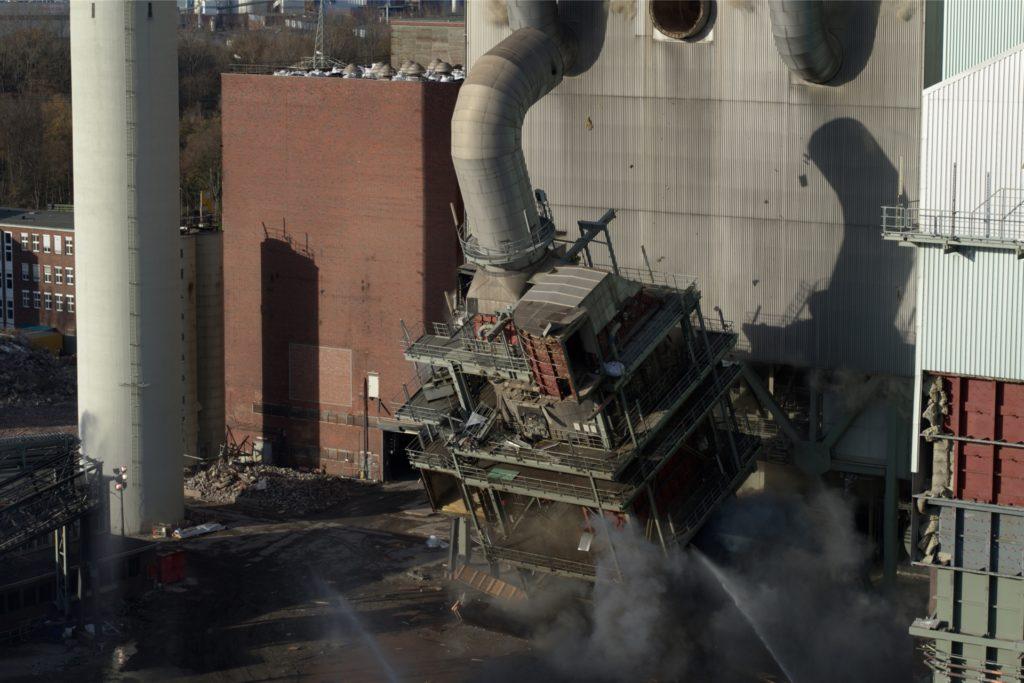Nach der Rauchgasentschwefelungsanlage wurde im November ein weiterer Gebäudeteil des ehemaligen Steag-Kraftwerks gesprengt.