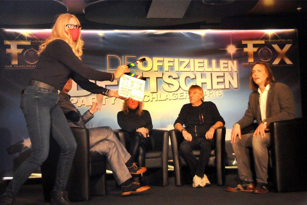"""Prominente Gäste holte Moderator Frank Neuenfels (M.) zur Aufzeichnung der Offiziellen Deutschen Party & Schlager Charts in sein Tanzlokal Fox in der Spielbank Hohensyburg (v.l.): Sängerin Daniela Alfinito, """"Amigos"""