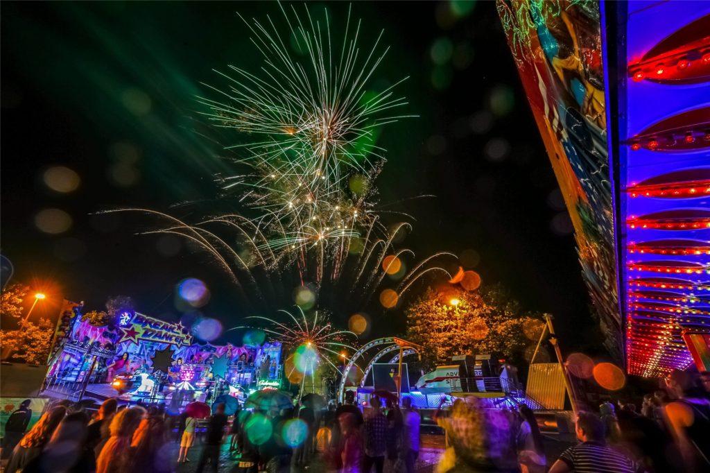 So sieht es aus, wenn Danny Seck Feuerwerk in den Himmel jagt: hier im August 2015 auf der Bartholomäuskirmes in Lütgendortmund.