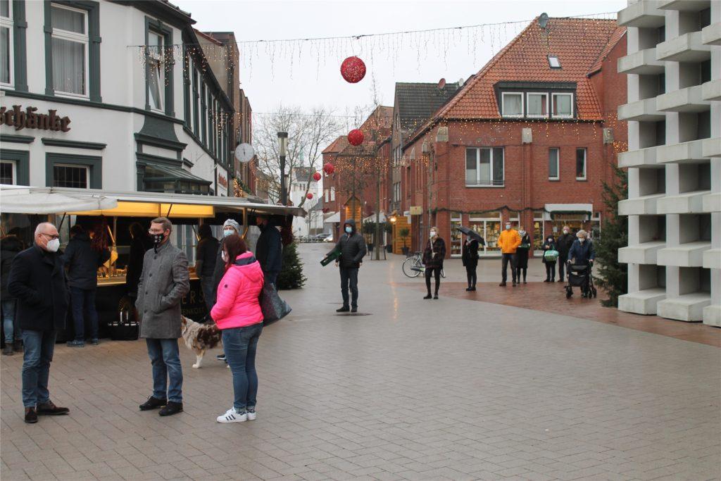 Schlange stehen war am Mittwochmittag beim Wochenmarkt angesagt.