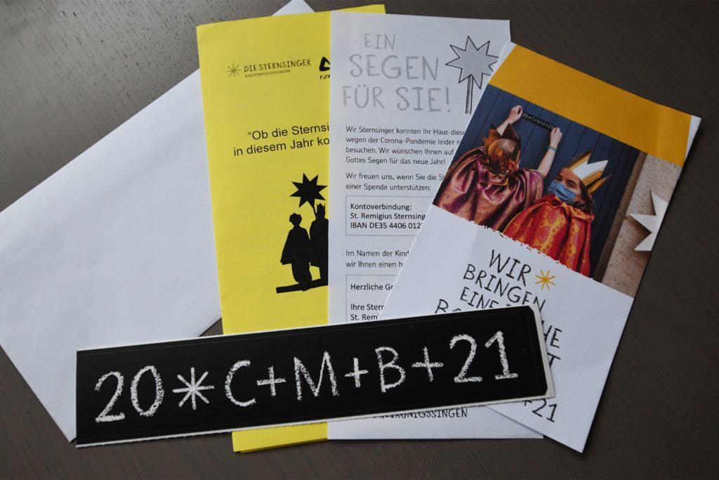In Sternsinger-Briefen kommt der Segen per Post in die Briefkästen. Neben Informationen zur diesjährigen Aktion und dem Segensaufkleber enthält der Brief auch ein Spendentütchen.