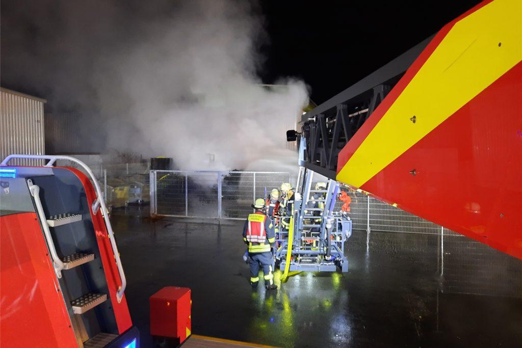 Der automatisch gesteuerte Wasserwerfer mit einer Leistung von 1600 Litern pro Minute wurde am Korb montiert und bekämpfte kurz darauf die Flammen von oben.