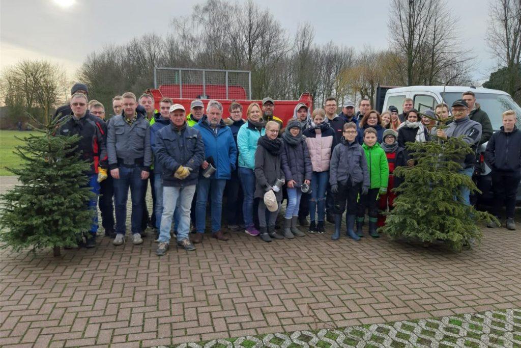 Eine große und gemeinsame Weihnachtsbaumaktion wie hier 2020 in Wessum muss in diesem Jahr natürlich ausfallen. Die Bäume werden von den Verbänden in den Orten dennoch eingesammelt. Bei der Spendensammlung gibt es unterschiedliche Ansätze.