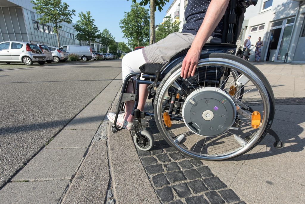 Das symbolische Foto zeigt: Bordsteinkanten sind für Rollstuhlfahrer ein Problem. Eine Hombrucherin wünscht sich mehr abgeflachte, behindertengerechte Übergänge.