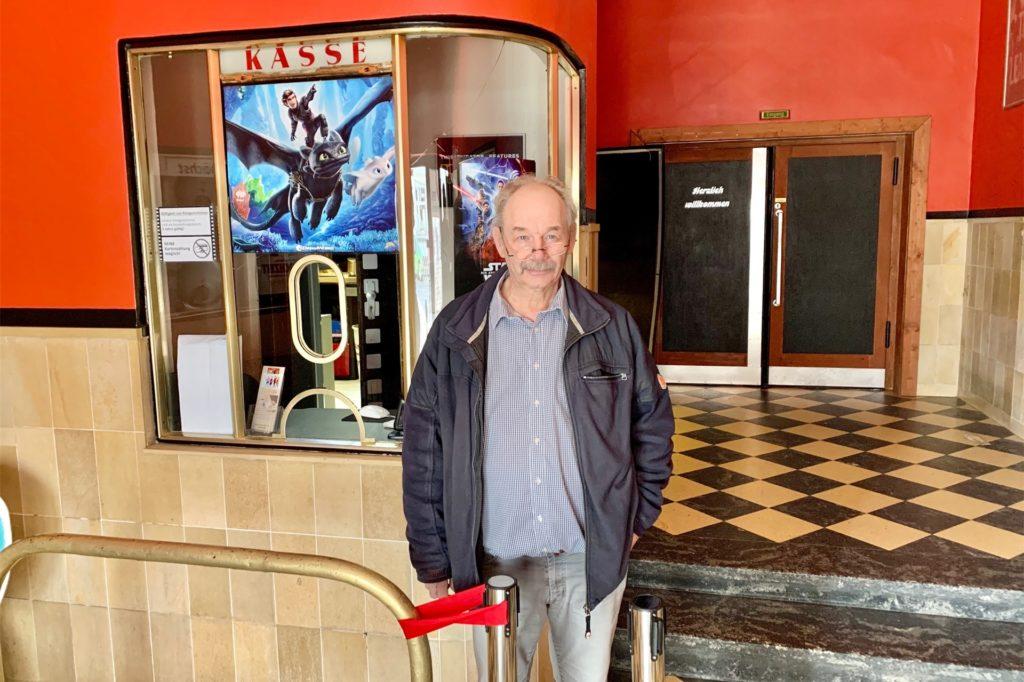 Kinobetreiber Robert Schütte im Vorraum der Film-Bühne Postkutsche: Er hofft auf eine Besserung ab Februar.