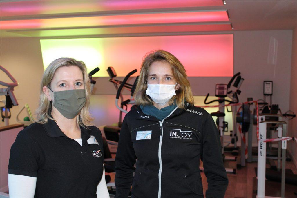 Studioleiterinnen Vera Groeneveld und Anna-Karina Madzso vor den abgesperrten Trainingsgeräten. Diese wurden extra zur Seite gestellt, um mehr Abstand zwischen den restlichen Geräten im Fitnessstudio zu erlauben.