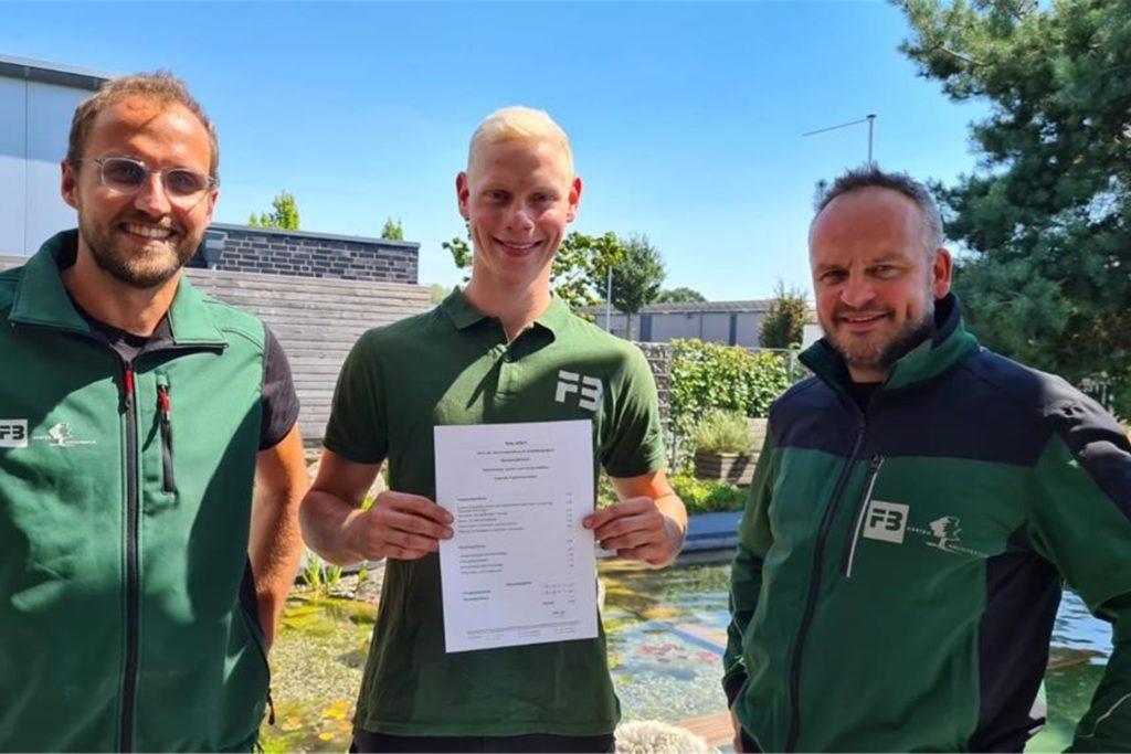 Nils Alfert mit seinem Ausbilder Mathias Nünning (l.) und einem seiner Geschäftsführer Frank Brunsmann aus der Ahauser Firma FB Garten-Architektur GmbH & Co. KG.
