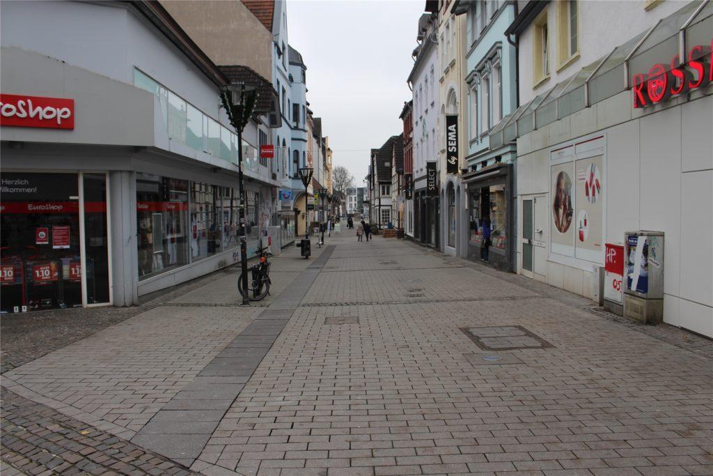 Die Mährstraße am Dienstag. Nur wenige Passanten verliehren sich zwischen den geschlossenen Geschäften.