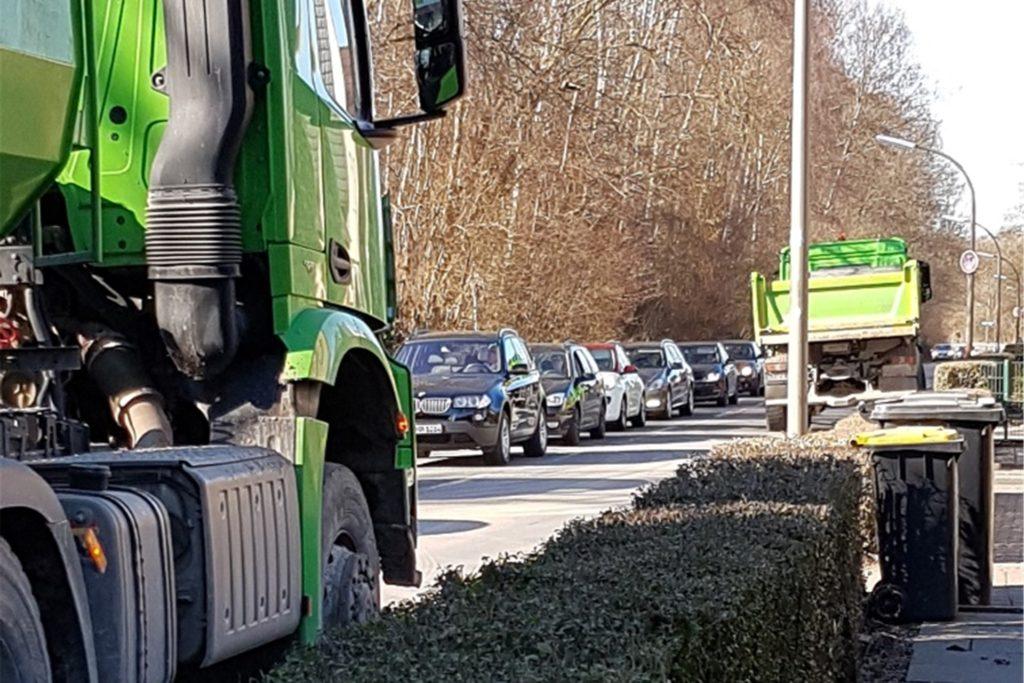 Lkw und Busse weichen wie hier oft auf den Bürgersteig aus. Für Fußgänger bleibt dann kaum noch Platz.