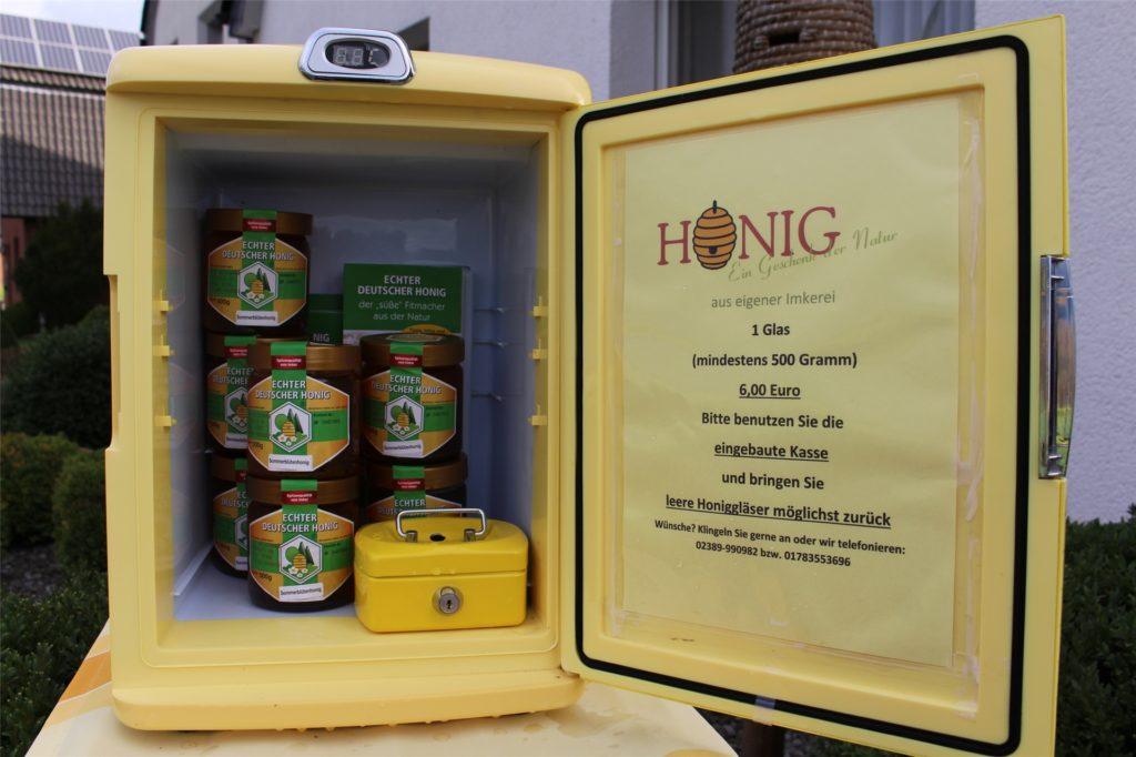 Im Inneren der Tankstelle befindet sich zertifizierter Deutscher Honig.