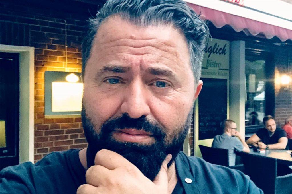 Toni Neziri vom Café täglich in Huckarde ist tiefbetrübt, weil die Gastronomie von der Lockdown-Verlängerung betroffen ist.