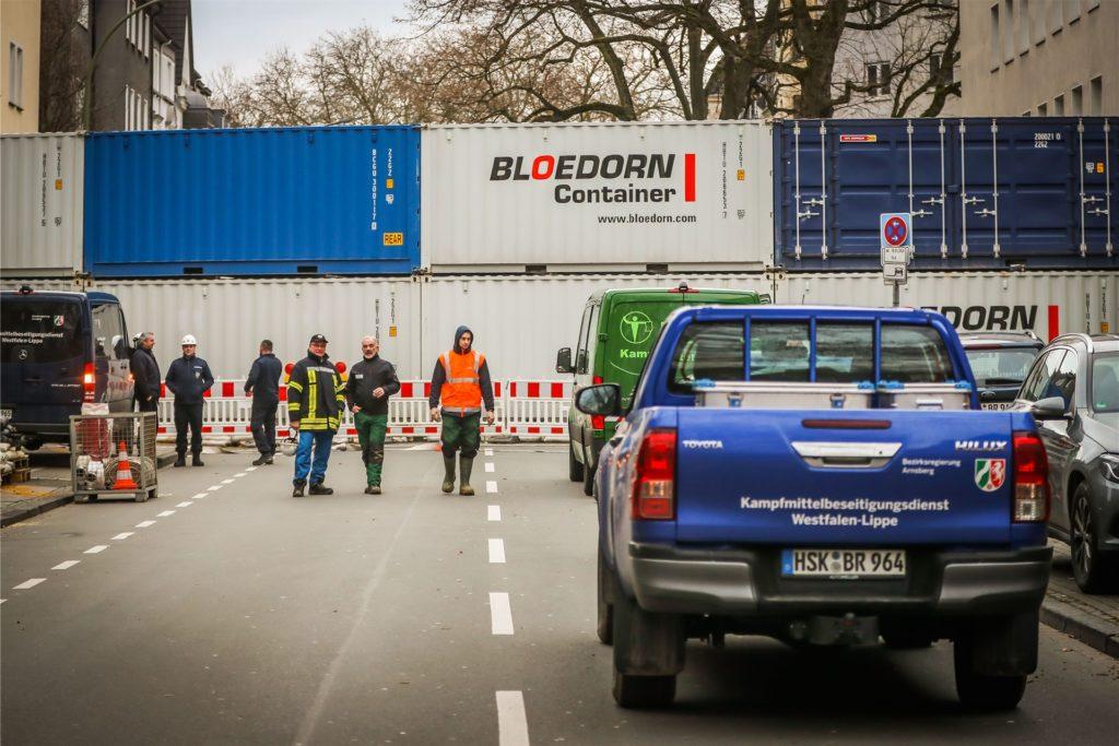 Zum Schutz vor Druckwellen waren meterhohe Wände aus Containern aufgebaut worden - hier an der Beurhausstraße.