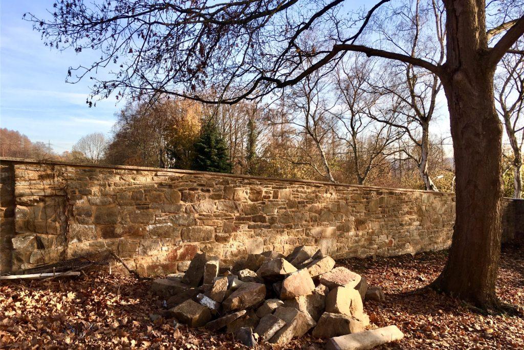 Die alte Natursteinmauer wurde bereits hergerichet. Sie umgibt die gesamte Hofanlage.