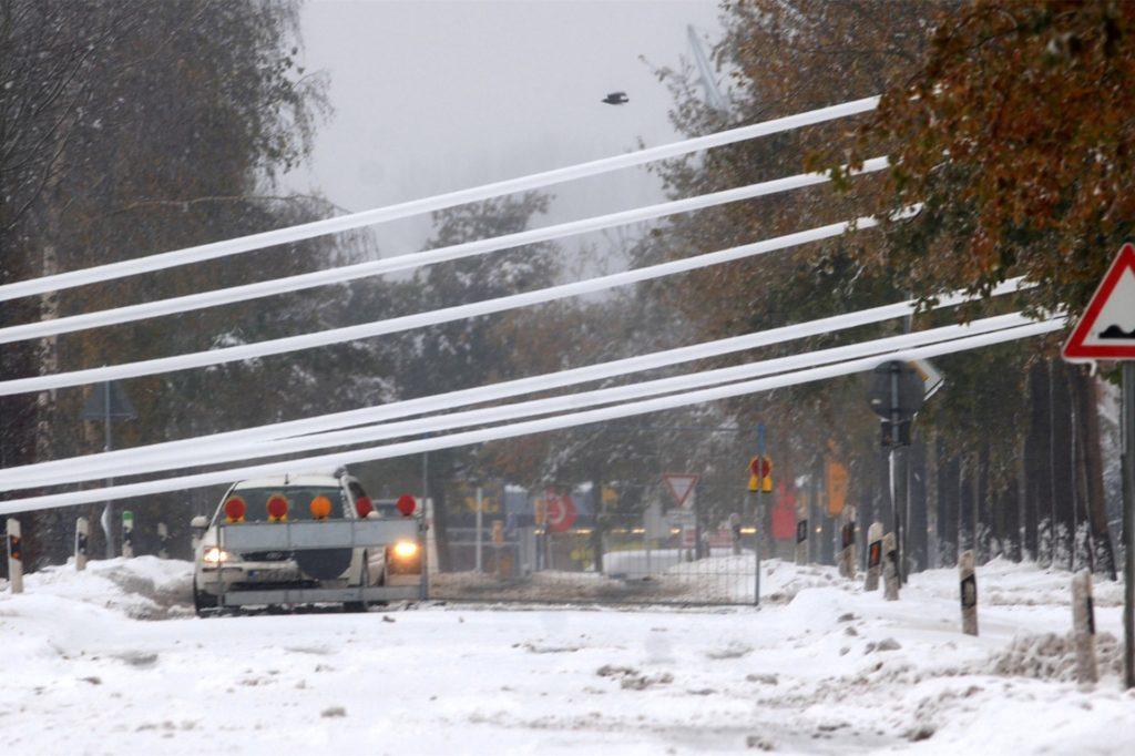 Vor rund 15 Jahren: Herabgefallene Stromleitungen hingen am 26.11.2005 über einer Landstraße in Ahaus.