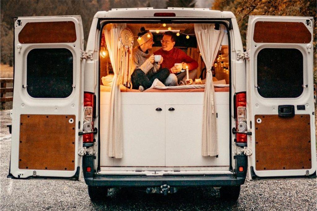 Den Transporter hat das Paar vor der Abreise selbst umgebaut.