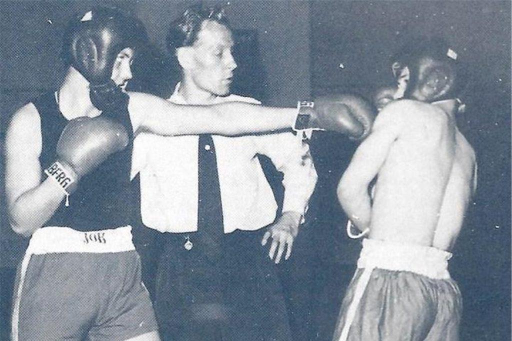 Gatzke war zudem auch als Ringrichter aktiv. Hier beim Kampf zwischen Fritz Becker (links) gegen Gerd Weniger.