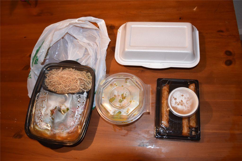 Die Speisen werden in Plastik sowie Styropor verpackt. Alles zusammen bekommt man dann in einer Plastiktüte.
