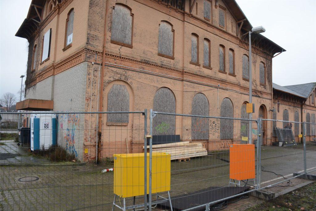 Das Bahnhofsgebäude ist eingezäunt worden.