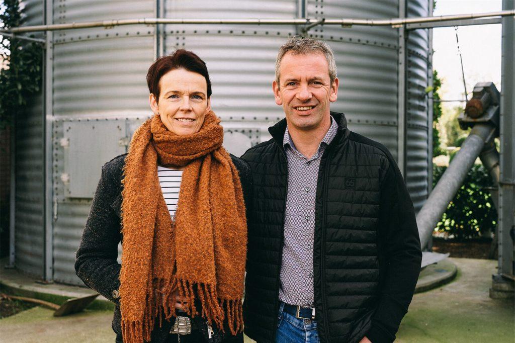 Beate (48) und Heinz Terstriep (50) betreiben eine Ferkelaufzucht in Alstätte. Ihre fünf Mitarbeiter lassen sie wöchentlich testen. Eine Infektion unter ihren Mitarbeitern wäre eine Katastrophe. Schließlich müssen ja die Tiere versorgt werden.