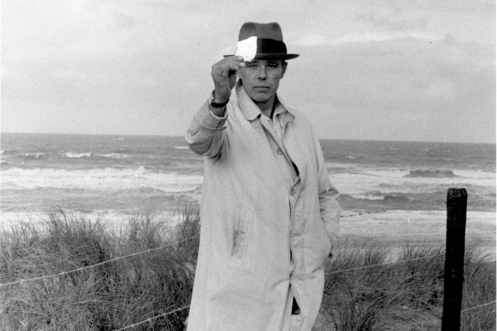An Joseph Beuys, hier in Scheveningen 1976, erinnern zahlreiche Ausstellungen.