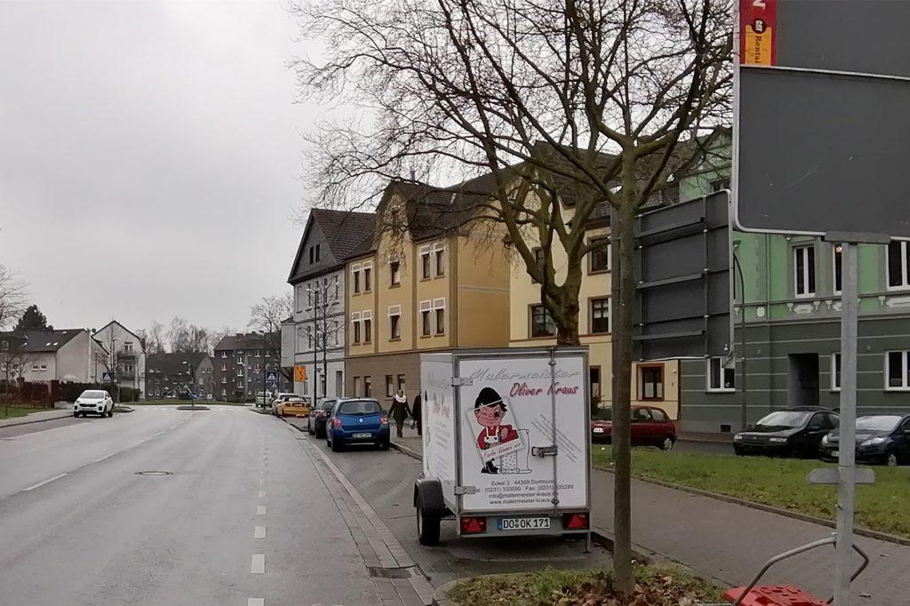 """Ein um 90 Grad gedrehter Vorwegweiser, eine noch zugeklappte Hinweistafel und eine Umleitungsbeschilderung: Siek kündigen an der """"Spinne"""" auf der Schaphusstraße die Baustelle an."""