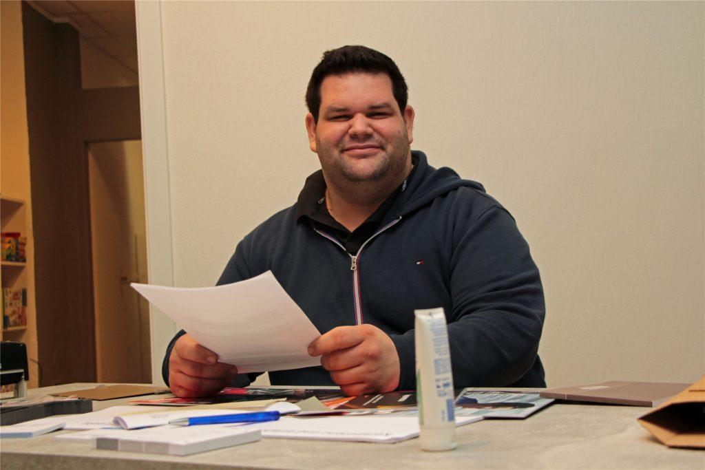 Christopher Werner (29) am Schreibtisch seiner neuen Praxis in der Werner Fußgängerzone.