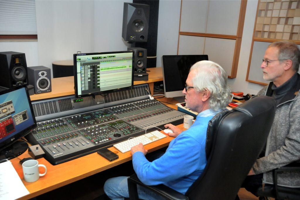 Am Mischpult seines Mainmix-Tonstudios in Ergste kontrolliert Andreas Burghardt (l.) die Aufnahme der Schwerte-Hymne von Henner Wulff (r.).