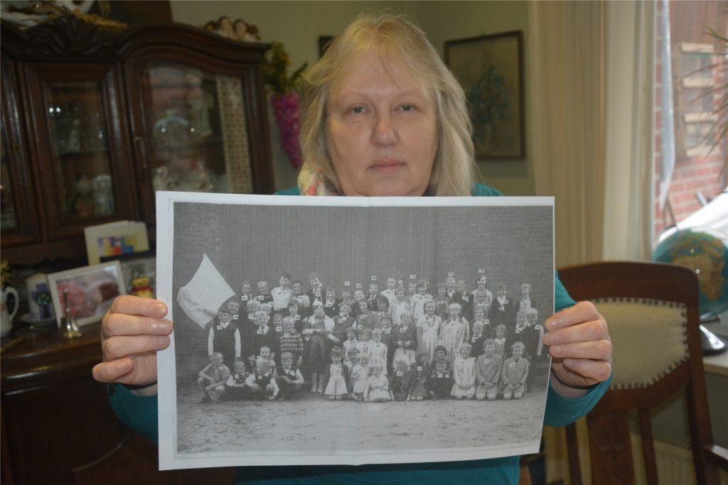 Auf dem Schulfoto ist Ulla Abbing selbst zu sehen. Sie kniet ganz rechts in der vordersten Reihe.
