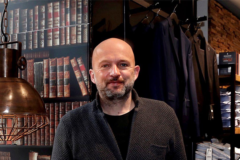 Peter Heckmann an der neuen Bar im Obergeschoss.