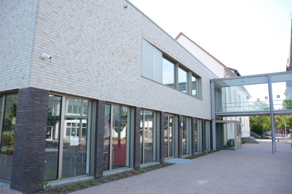Die gerade erst umfassend sanierte und erweiterte Wieschhof-Grundschule hat ein Platzproblem. Wie das zu lösen ist, müssen die Politiker kurzfristig entscheiden.